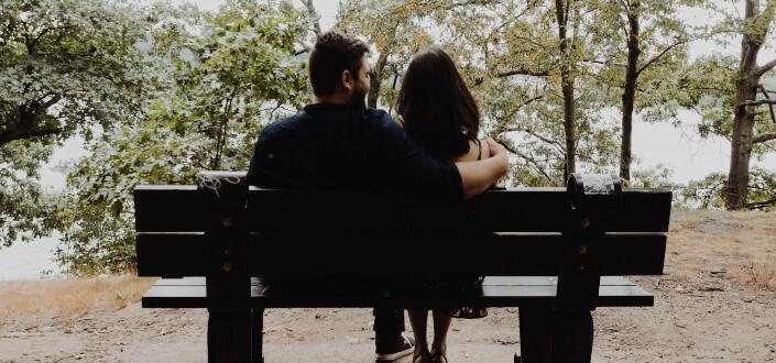 pareja sentada en un banco del parque