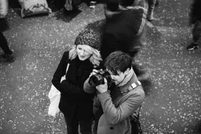 hombre sosteniendo una cámara con una mujer a su lado