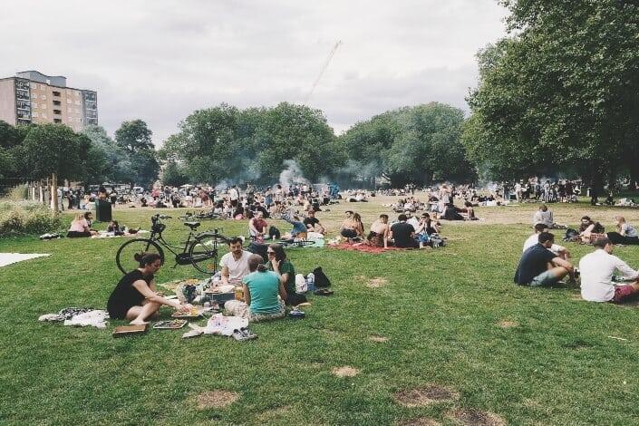 grupos de personas sentadas en un parque