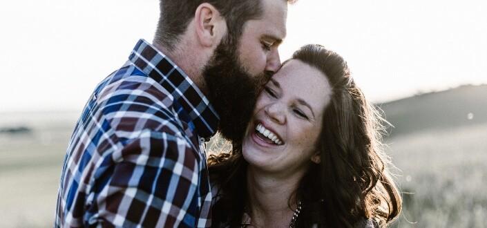 hombre besando a mujer en la mejilla