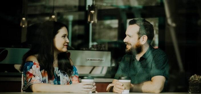 pareja hablando por una taza de café