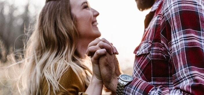 mujer cogidos de la mano con el hombre y sonriendo