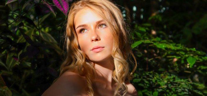 hermoso rostro de una mujer brillando bajo el rayo de sol
