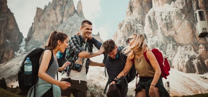 Amigos pasando un buen rato en una caminata de montaña