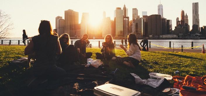 amigos haciendo un picnic junto al lago