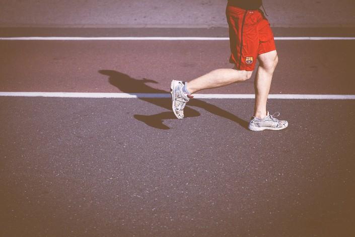 hombre corriendo en una pista y campo
