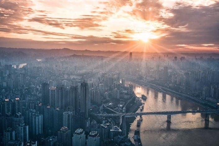 una vista de una puesta de sol en una ciudad urbana.