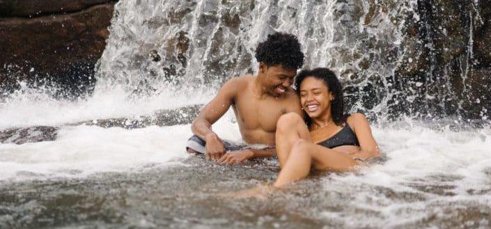 pareja pasar un buen rato nadando en cascadas