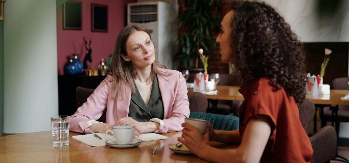 Dos mujeres hablando entre sí en serio