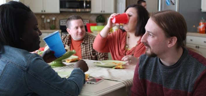 Grupo de amigos hablando y bebiendo