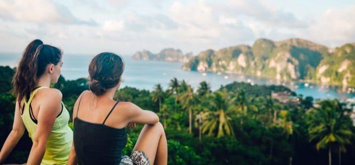 Dos mujeres sentadas juntas mirando una hermosa vista