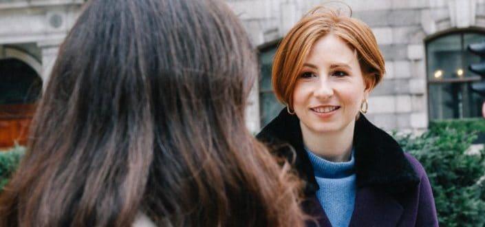 Una mujer sonriendo a otra mujer