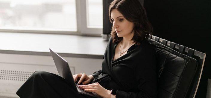 Mujer, en, ella, computadora portátil
