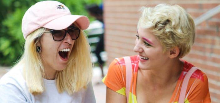 Dos mujeres, reír, y, hablar